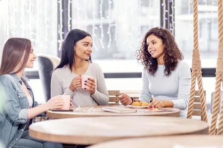 bonne odeur heureux amis heureux heureux boire du thé tout en posant au café et communiquer