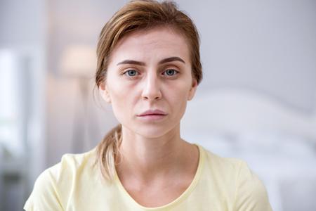 脱毛。髪がうつ病の女性の手にある場合のタフト