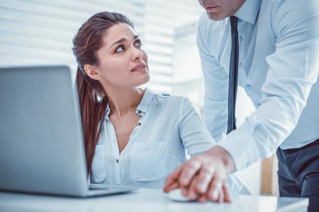 Secrétaire femme confuse. Jeune femme irritée interrogeant son collègue non professionnel sur son comportement éhonté