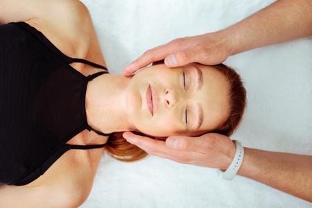 Tan pacífico. Vista superior de un rostro femenino pacífico mientras está acostado en la cama médica Foto de archivo