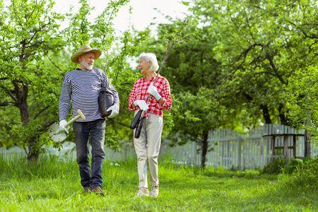 Bereit zum Pflanzen. Ehepaar Rentner bereit, Bäume in ihrem Garten zu pflanzen