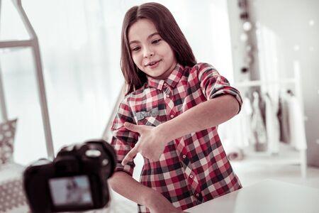Video-opname. Gelukkig positief meisje dat voor de camera staat terwijl ze met haar kijkers praat