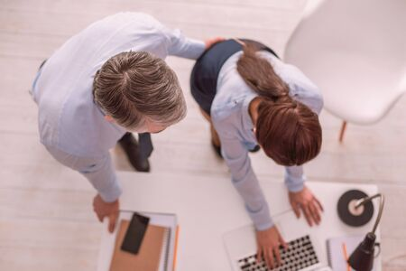Belästigung im Büro. Mann missbraucht Frau, indem er sie berührt