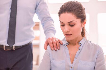 Unterstützung. Mann legt seine Hand auf die Schulter seines Kollegen