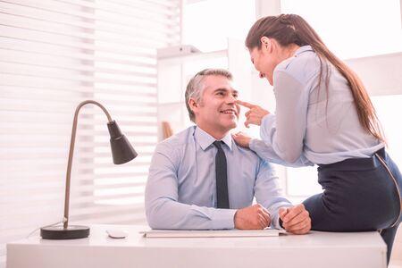 Relations informelles. La femme et l'homme flirtent au travail Banque d'images