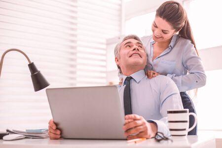 Flirtez au travail. Collègues flirtant au travail