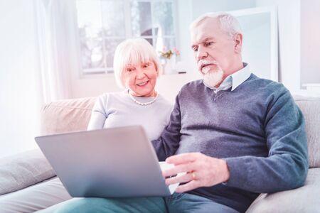 Regarder un film. Couple d'homme et de femme à la retraite se sentant excités et amusés en regardant un film Banque d'images