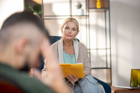 Psychologist listening. Experienced professional psychologist listening to client attentively Stok Fotoğraf
