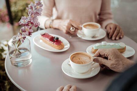 En la cafeteria. Vista superior de una taza de café de pie sobre la mesa de la cafetería