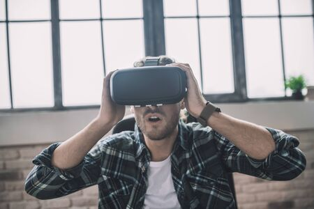Virtuality is a new reality. Exited man using a new VR headset Banque d'images
