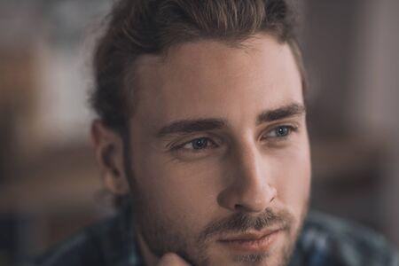 Hombre pensativo. Hombre joven y guapo pensando en cosas importantes