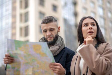 In der Stadt verloren. Nachdenkliche junge Leute, die versuchen, ihren Weg zu finden, während sie sich in der Stadt verirren Standard-Bild