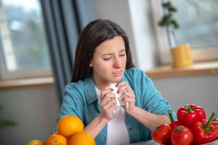Allergieauslösende Produkte. Eine Frau, die gegen Orangen und Pfeffer allergisch ist