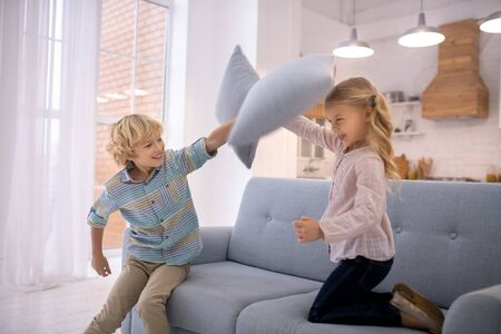 Fighting. Two kids beating each other with pillows Archivio Fotografico