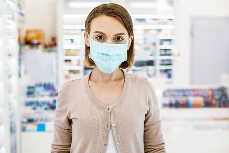 Be conscious. Young adult woman standing in a protective mask, consciously protecting herself and others from the coronavirus Stockfoto