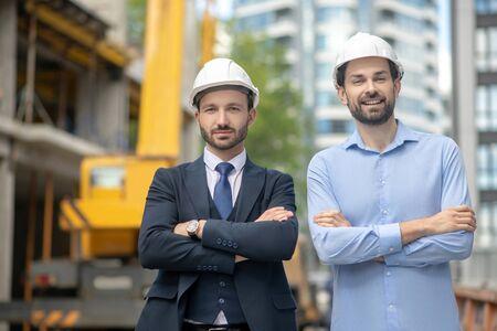 Chantier. Contremaître et superviseur du bâtiment debout avec les bras croisés sur le chantier Banque d'images