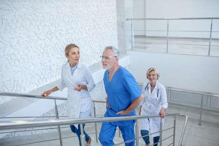 工作一天。楼上的小组专业医疗工作者,有友好的谈话