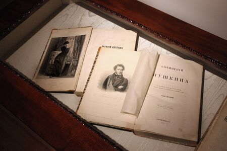 Works of Alexander Pushkin, volume one, edition of 1855 and the book Eugene Onegin Foto de archivo - 136646683