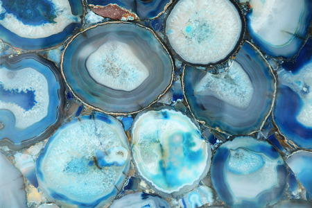 Piedra de ágata inusual en un fondo decorativo cortado Foto de archivo