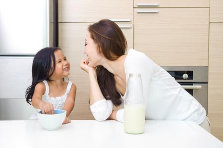 cuisine fond blanc: Happy Family asiatique ayant le petit d�jeuner ensemble le matin