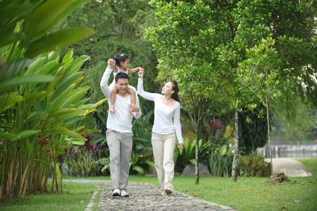 disfrutar: Familia asi�tica feliz que disfruta de tiempo en familia en el parque