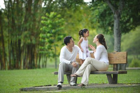 banc de parc: Happy Family asiatique profiter de leur temps dans le parc