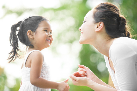 mom daughter: Mamá e hija pasar tiempo juntos en el parque