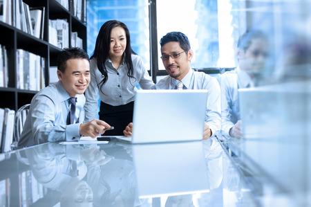 asiatique: Asiatique travail d'équipe d'affaires