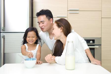 cereal: Familia asi�tica feliz desayunando juntos en la ma�ana
