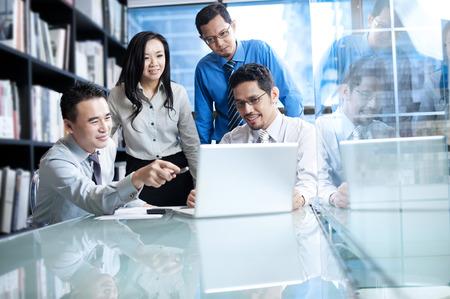 zusammenarbeit: Asian Business-Team arbeitet an Laptop- Lizenzfreie Bilder