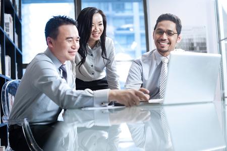 Business team asiatique travaillant sur ordinateur portable