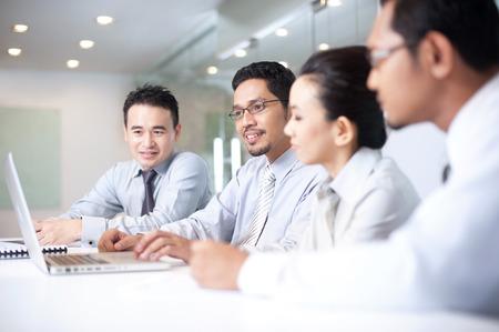 business asia: Uomo asiatico di affari che lavora al computer portatile Archivio Fotografico