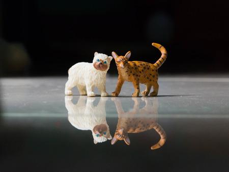 resin: Dos gato de la resina Foto de archivo