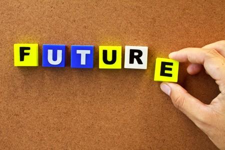 innovativ: Hand hält das Wort zukünftige isoliert auf Holz board