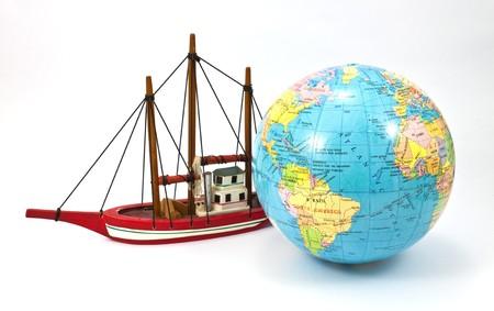 Schiff und den Globus isoliert auf weißem Hintergrund Lizenzfreie Bilder - 8116223