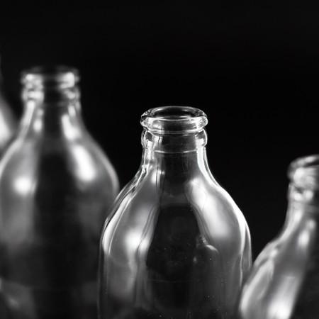 colourless: colecci�n de botellas vac�as, incoloro, aislado sobre fondo negro