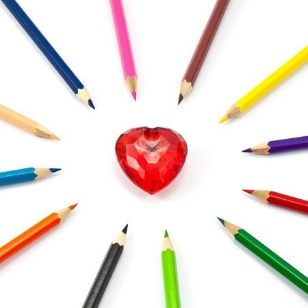 corazon cristal: coraz�n de cristal rojo rodeado con l�piz de color