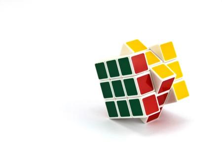 Paradoks: Kostka Rubika samodzielnie na białym tle Zdjęcie Seryjne