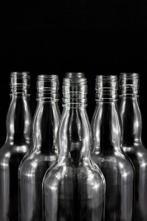colourless: colecci�n de botellas vac�as, incoloro, aislado en backgrounde negro