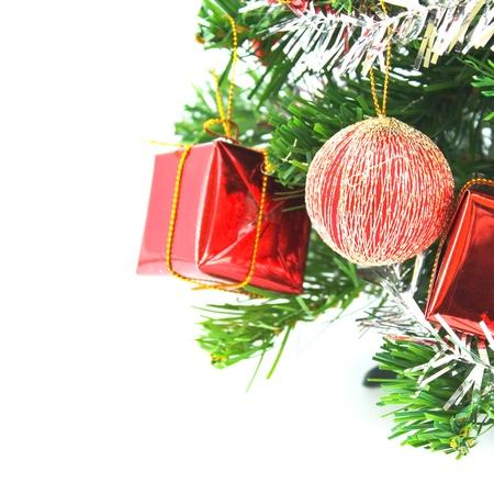 moños navideños: Árbol de Navidad decorado aislados sobre fondo blanco Foto de archivo