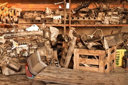 camion de basura: Metal los desperdicios y desechos de las viejas piezas de autom�vil