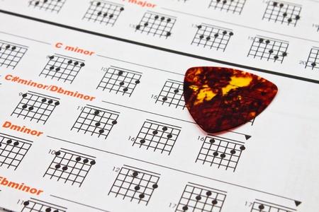 estrofa: papel de gr�fico acorde de m�sico y guitarrista Foto de archivo