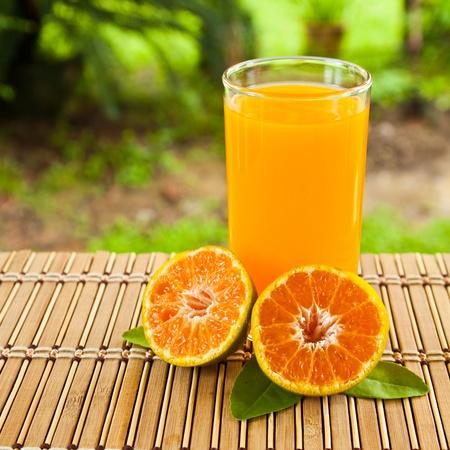 jugo verde: vasos de jugo de naranja y frutas, alta vitamina c