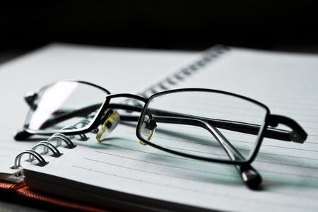 leeres buch: Brillengestell auf das leere Buch Lizenzfreie Bilder