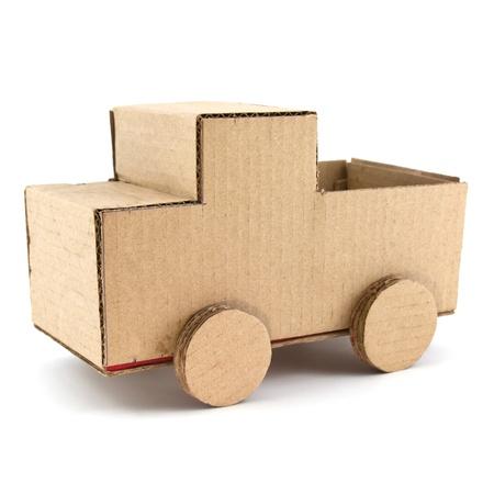 carton: modelo de cami�n de papel corrugado aislada sobre fondo blanco