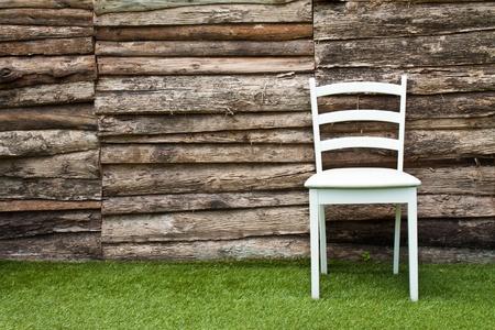 Stuhl: Ein wei�er Holzstuhl im Wohnzimmer auf gr�nem Gras Lizenzfreie Bilder