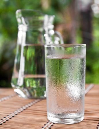 Trinkwasser in Glas auf dem Tisch Standard-Bild