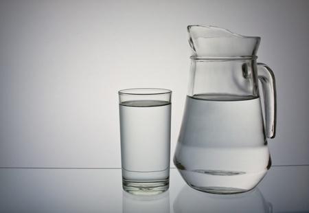 vaso de precipitado: agua potable aislados sobre fondo gris