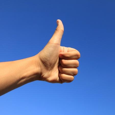 positiveness: pulgar con el cielo azul