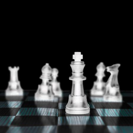 gamesmanship: el rey del ajedrez, el l�der del ej�rcito aislado en el fondo blanco,